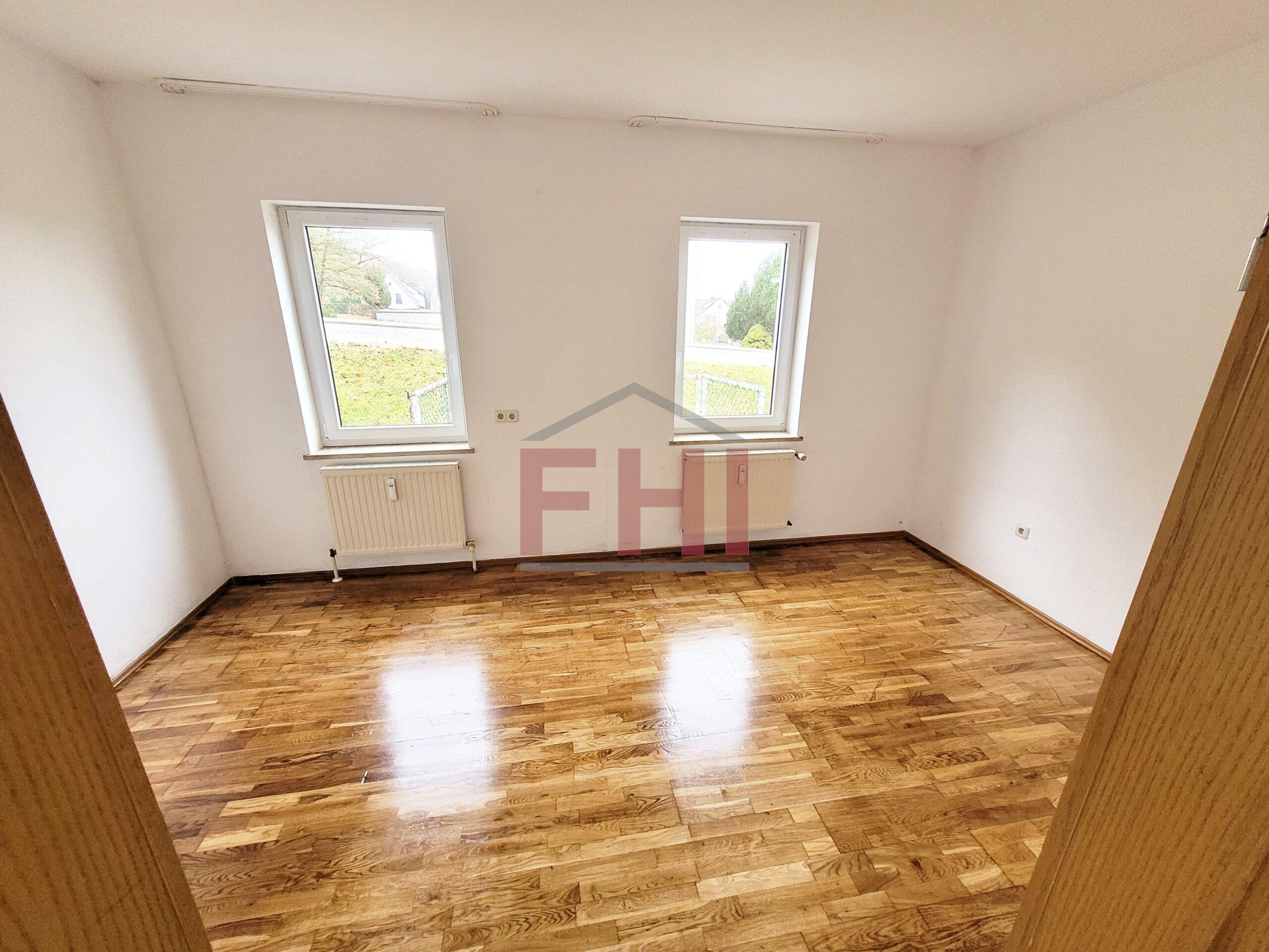 VERMIETET: Single 2-Zi.-Terassenwohnung mit Stellplatz, Keller, Einbauküche und Gartennutzung – eigener Eingang